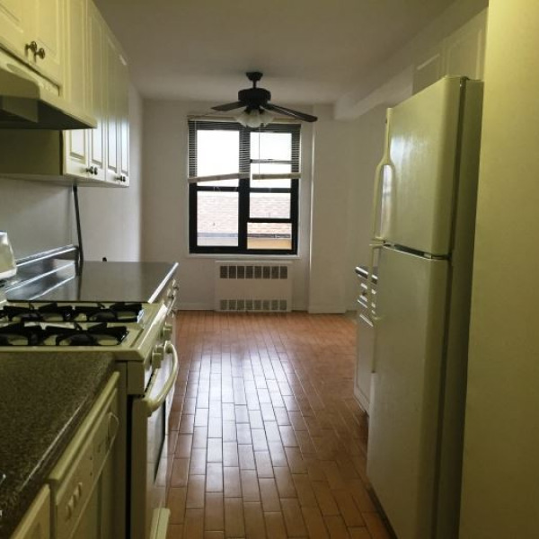 spacious 1 bedroom apt in rental building / white plains. (parking